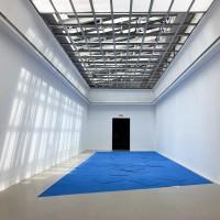 """Schirin Kretschmann """"Physical"""", 2017, Pigment, Gips, Plexiglaselemente der Oberlichtdecke, Installationsansicht: Produktion. Made in Germany Drei, Kunstverein Hannover, 03.06. -0309.2017"""