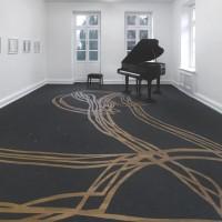 Schirin Kretschmann, Piano (Hyundai), 2013, Konzertflügel, Transportrollen, Klavierstuhl, Bodenbelag