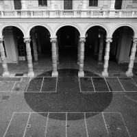 Maik und Dirk Löbbert, Università degli Studi di Torino, 14.10.1995, 11:45 – 12:53 Uhr, Innenhof der Universität Turin, Wasser auf Kopfsteinpflaster, Farbfotografie