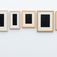 Ausstellungsansicht Modi des Minimierens, Allan McCollum - verkauft