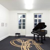 Schirin Kretschmann, Piano (Hyundai), 2013, Installationsansicht kunstgaleriebonn (jetzt Galerie Gisela Clement)