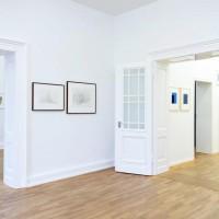Ausstellungsansicht Papier/Paper II, Werner Haypeter (hi. l.), Shanna Horwitz (M.), Frank Badur (r.)