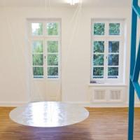 Ausstellungsansicht, links: FREY, 2012, Aluminiumklebeband, Seil, Styrodur, MDF-Platte, Durchmesser 180 cm, rechts: RIZA, 2012, Holzlatten, Lackfolie, 310 x 354 x 90 cm